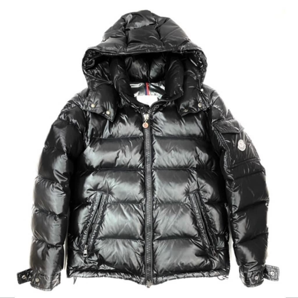 明けましておめでとうございます 今年もよろしくお願いいたしますm(__)m 人気のMONCLERのダウンジャケットを出品しました ダウン90%、羽毛10%️ 今年の冬の一着にいかがでしょうか