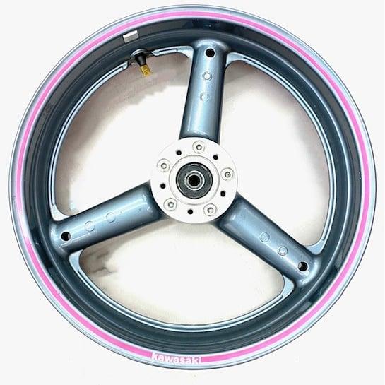 本日はもうひとつご紹介 カワサキGPS900R専用のホイールです🏍️ ニンジャと愛称のあるバイクのフロント用です🤩 ピンクのラインとカワサキの文字は塗装してあるため、剥がれる心配もありません️️ 春のツーリングに向けてバイクのドレスアップにいかがでしょうか🏍️  #はっぴーオークション #はぴオク #バイク #ドレスアップ