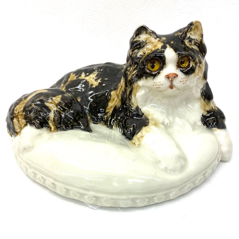 「だれかあたしをもらってくれにゃん♬︎」  と言っているかのような猫ちゃんの置物です🤩  イングランドで一目惚れして購入したそうです🐈 黄色のお目目が愛らしい猫ちゃんですね∩(^ΦωΦ^)∩  インテリアとして、玄関前やリビングに置いといても目をひく品物ですね️️  猫好きさん…ぜひこの子を…引き取りませんか?( o̴̶̷̤̤̮ωo̴̶̷̤̤̮ )♡キュルン  #かな?